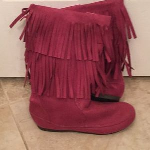 Child's fringe boots in raspberry